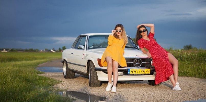Piękne dziewczyny i piękny wóz