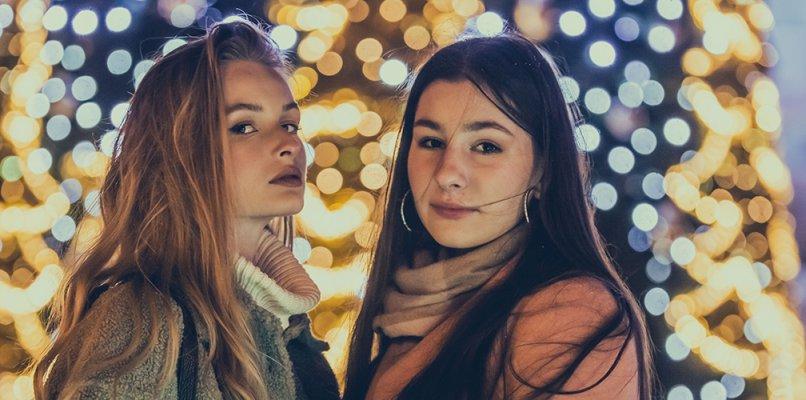 Portrety na tle miejskich iluminacji